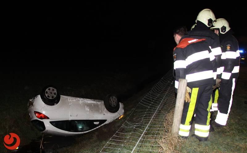 Brandweer haalt man uit over de kop geslagen auto