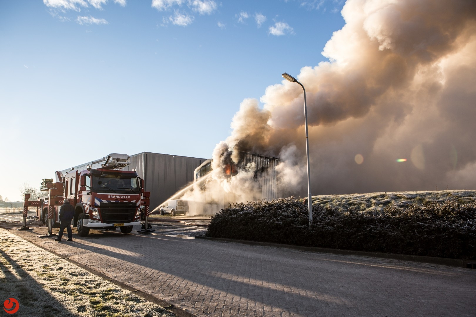 Uitslaande brand verwoest bedrijfsloods