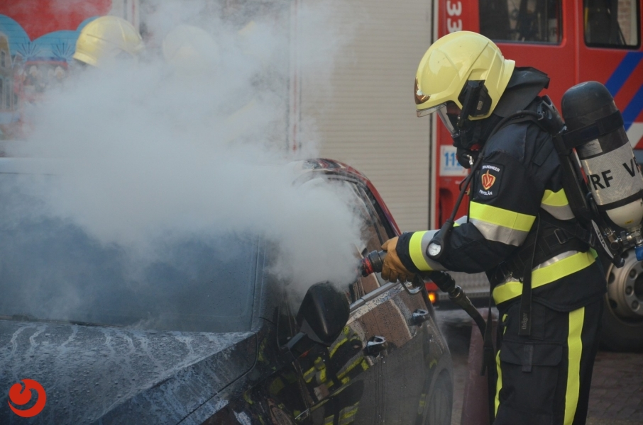 Auto in brand gestoken