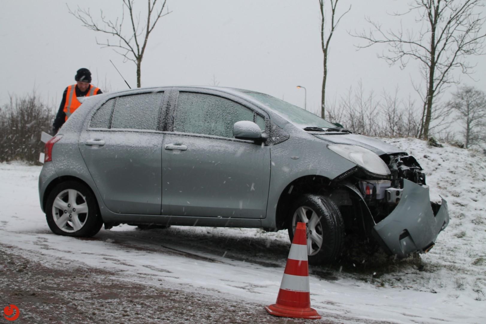 Auto belandt op betonblok