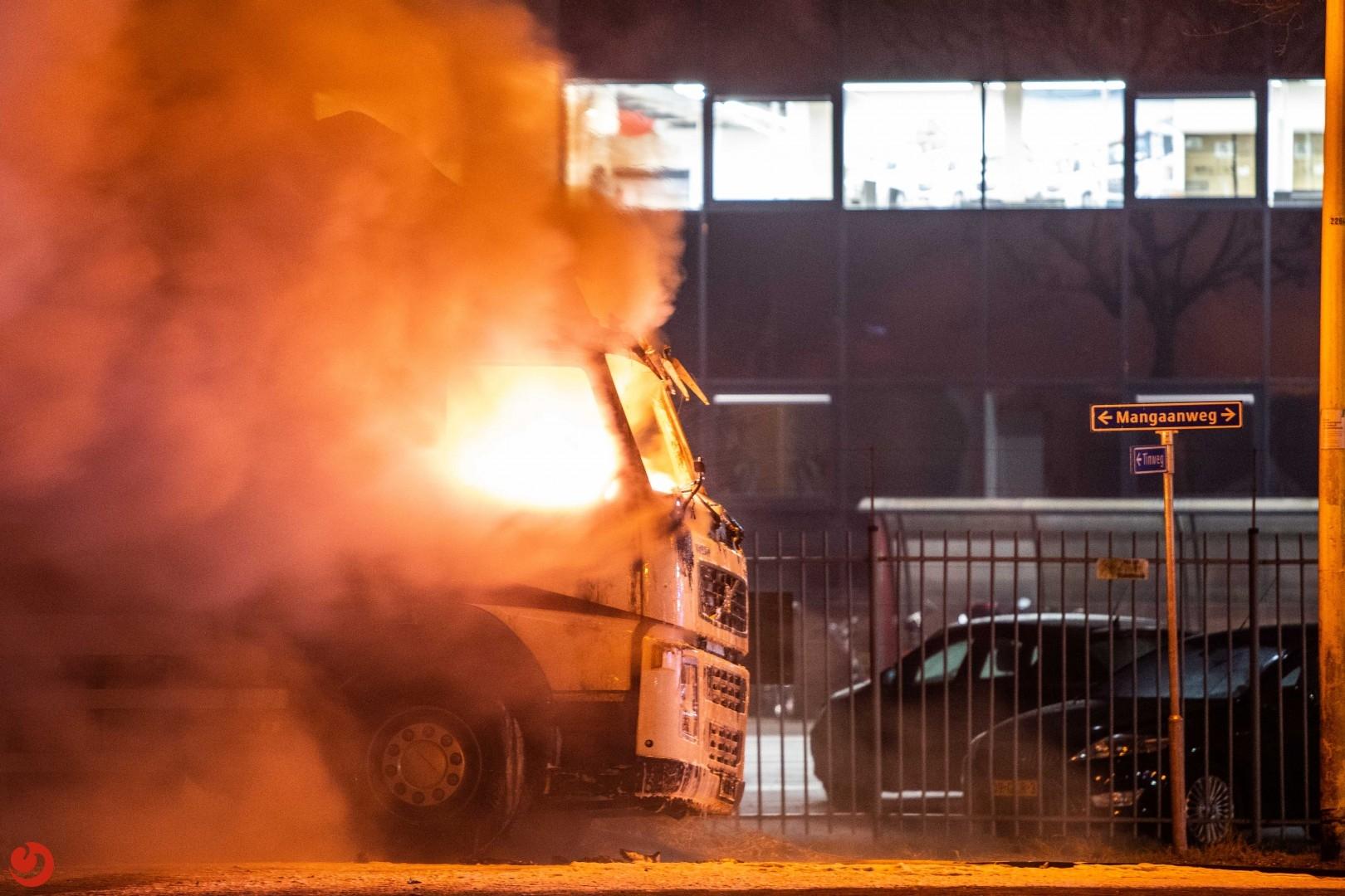 Vrachtwagencabine door brand verwoest
