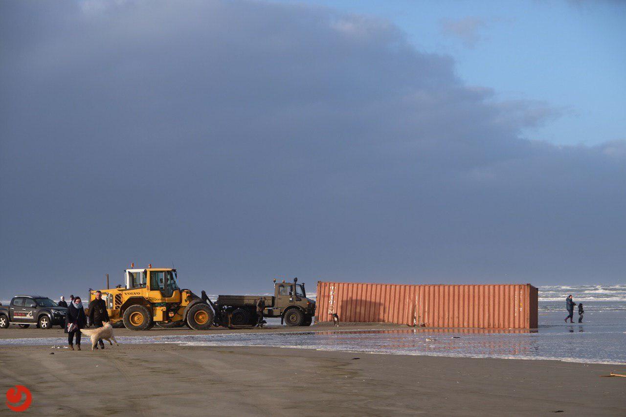 Overboord geslagen containers spoelen aan op eilanden
