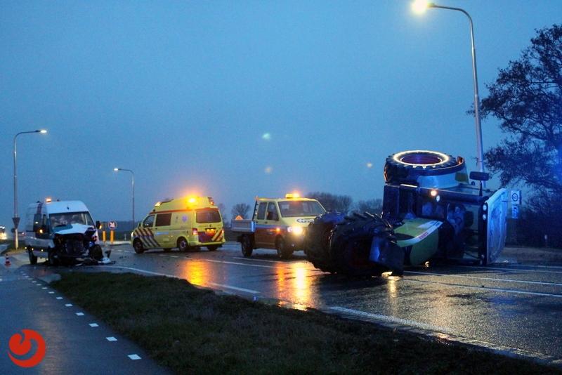 Tractor op zijkant na botsing met bestelbus