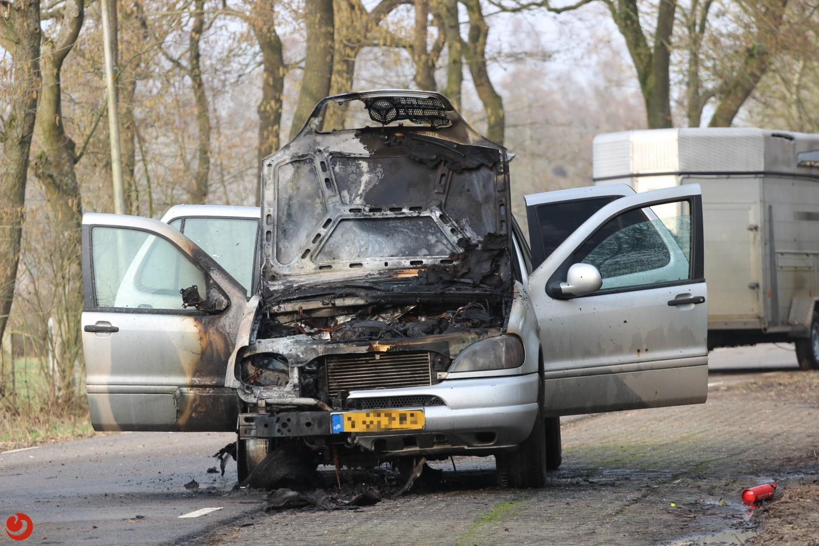 Auto met trailer in brand