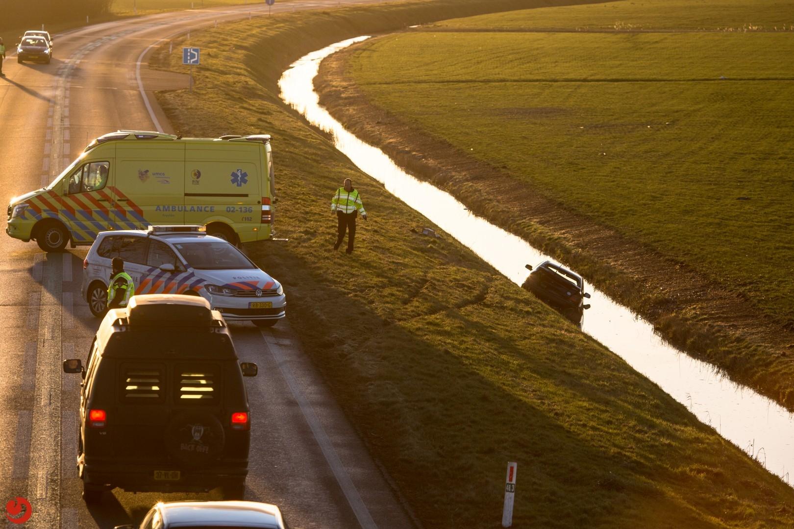 Auto in de sloot; twee gewonden