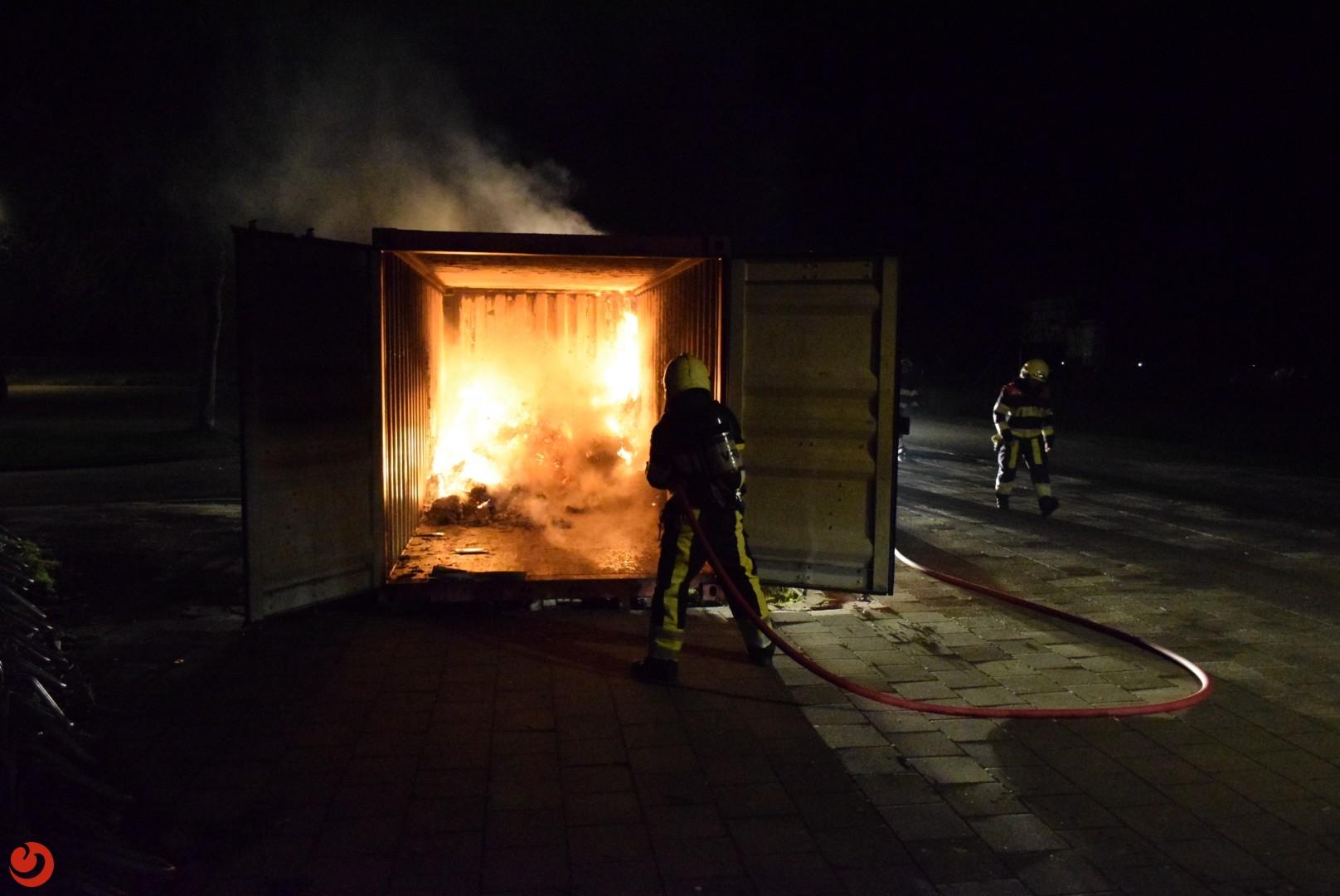 Papiercontainer in brand gestoken