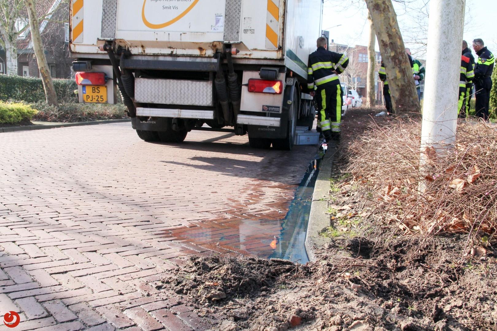 Vrachtwagen verliest diesel na botsing met paal