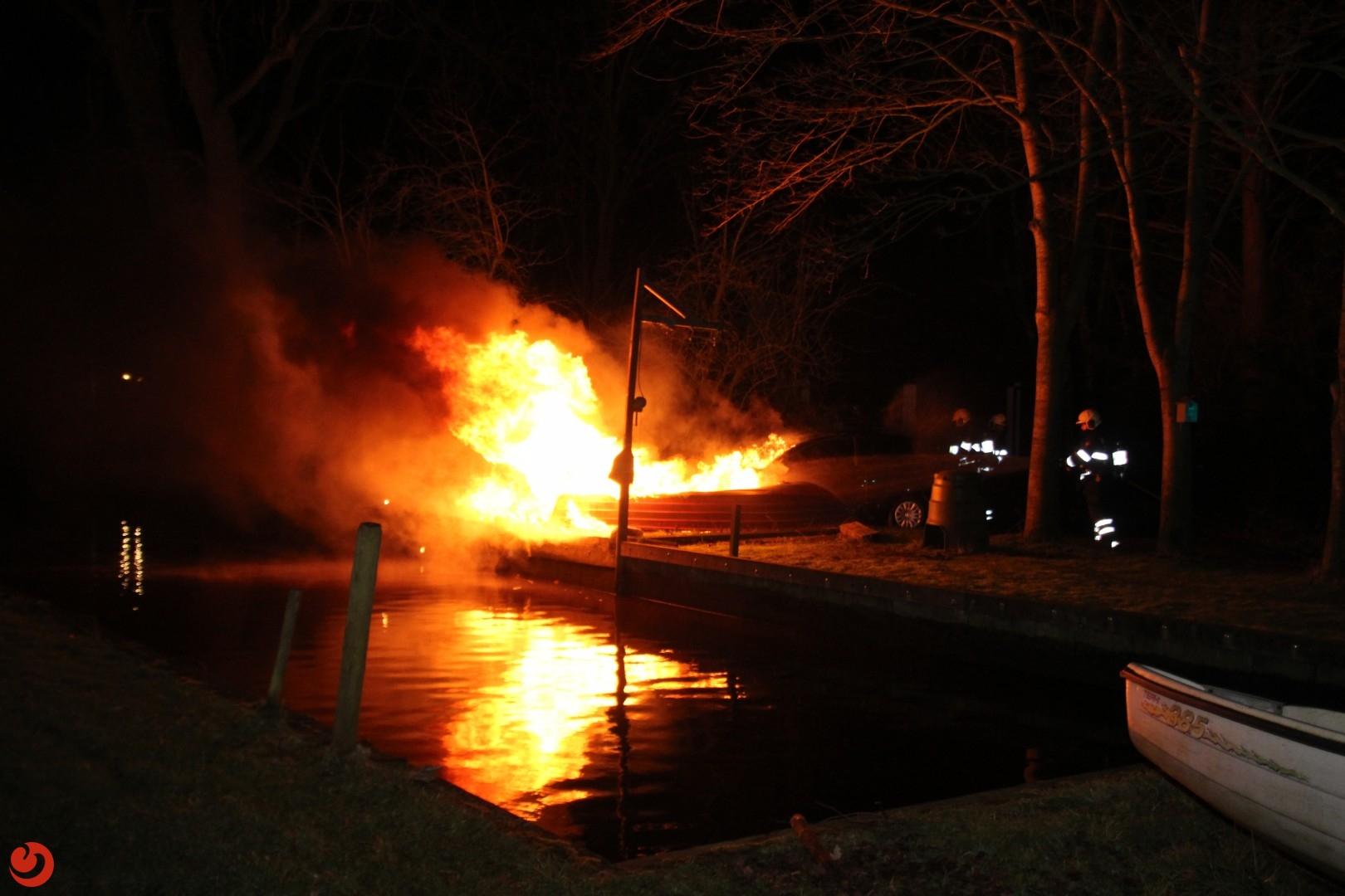 Geparkeerde auto gaat in vlammen op