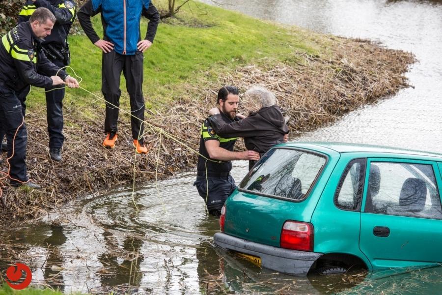 Bestuurster uit te water geraakte auto gered