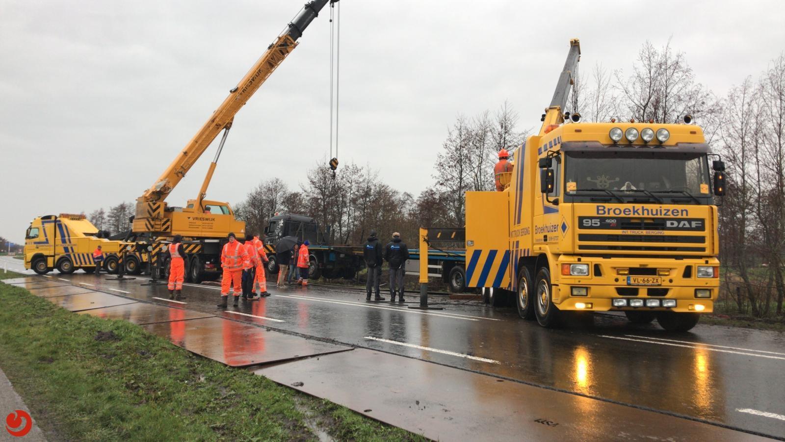Vrachtwagen met heipalen in sloot: N369 dicht