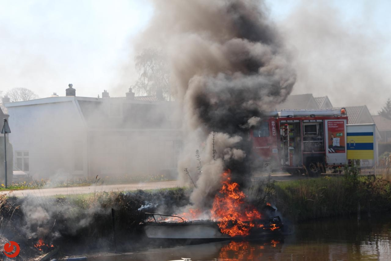 Boot volledig uitgebrand