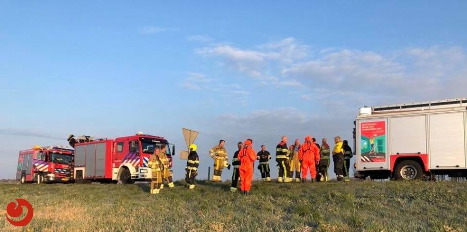 Hulpdiensten zoeken half uur naar te water geraakte auto