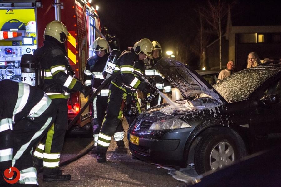 Rook onder motorkap zorgt voor inzet brandweer