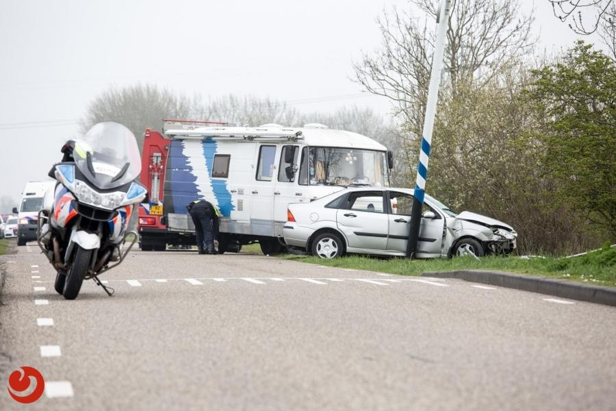 Twee personen bekneld na aanrijding met camper
