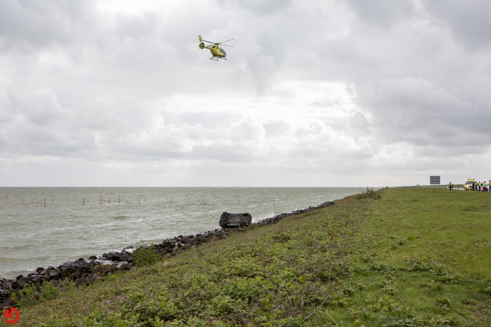 Auto bijna te water op de Afsluitdijk