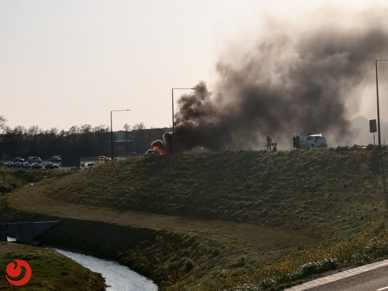 Auto uitgebrand op oprit A6