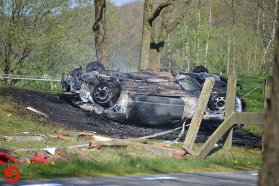 Auto slaat over de kop en vliegt in brand