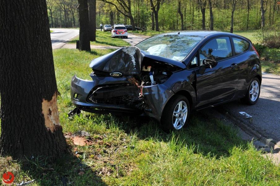 Onwel geworden automobilist botst tegen boom