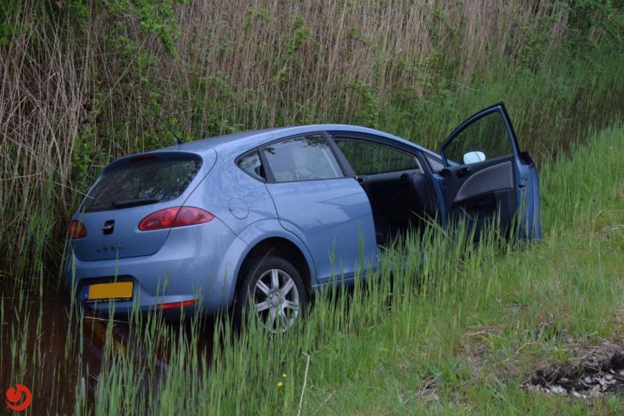 Auto belandt in de sloot langs Rykswei