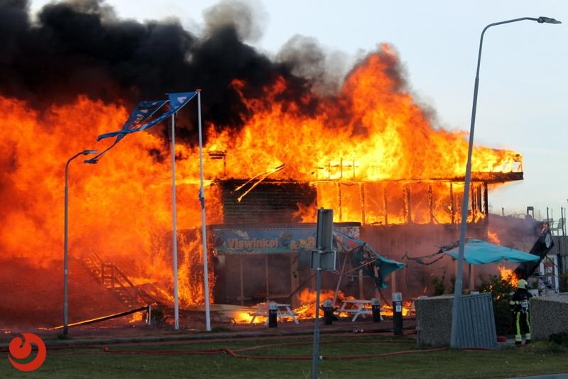 Grote uitslaande brand in visrestaurant