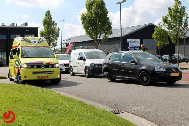 Auto's botsen op kruising van parkeerplaats