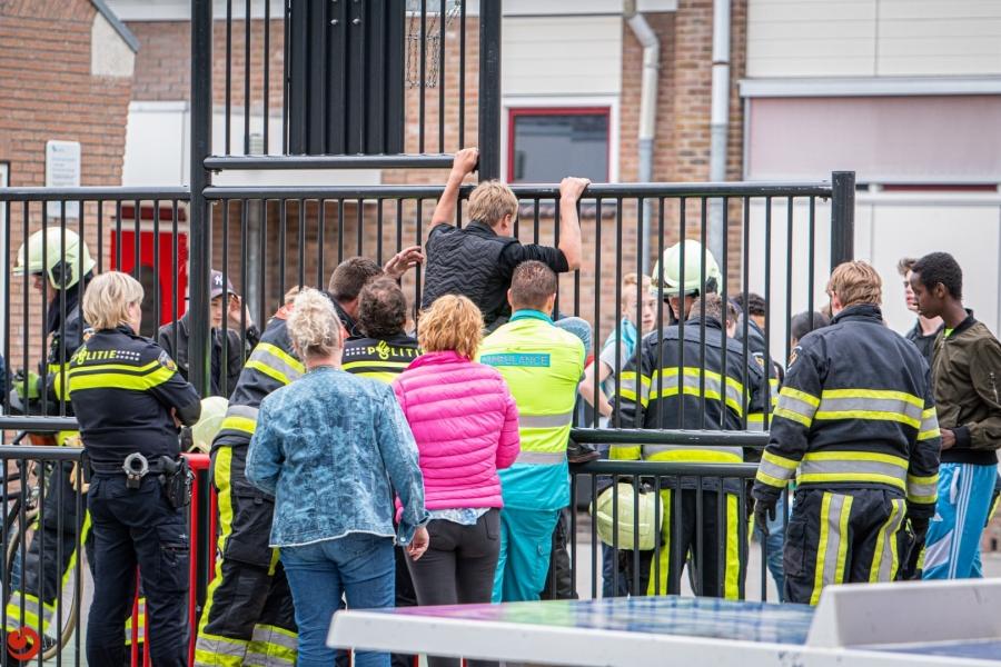 Brandweer bevrijdt jongen uit speeltoestel