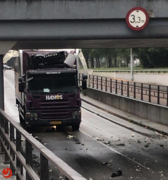 Vrachtwagen botst tegen brug; grote schade