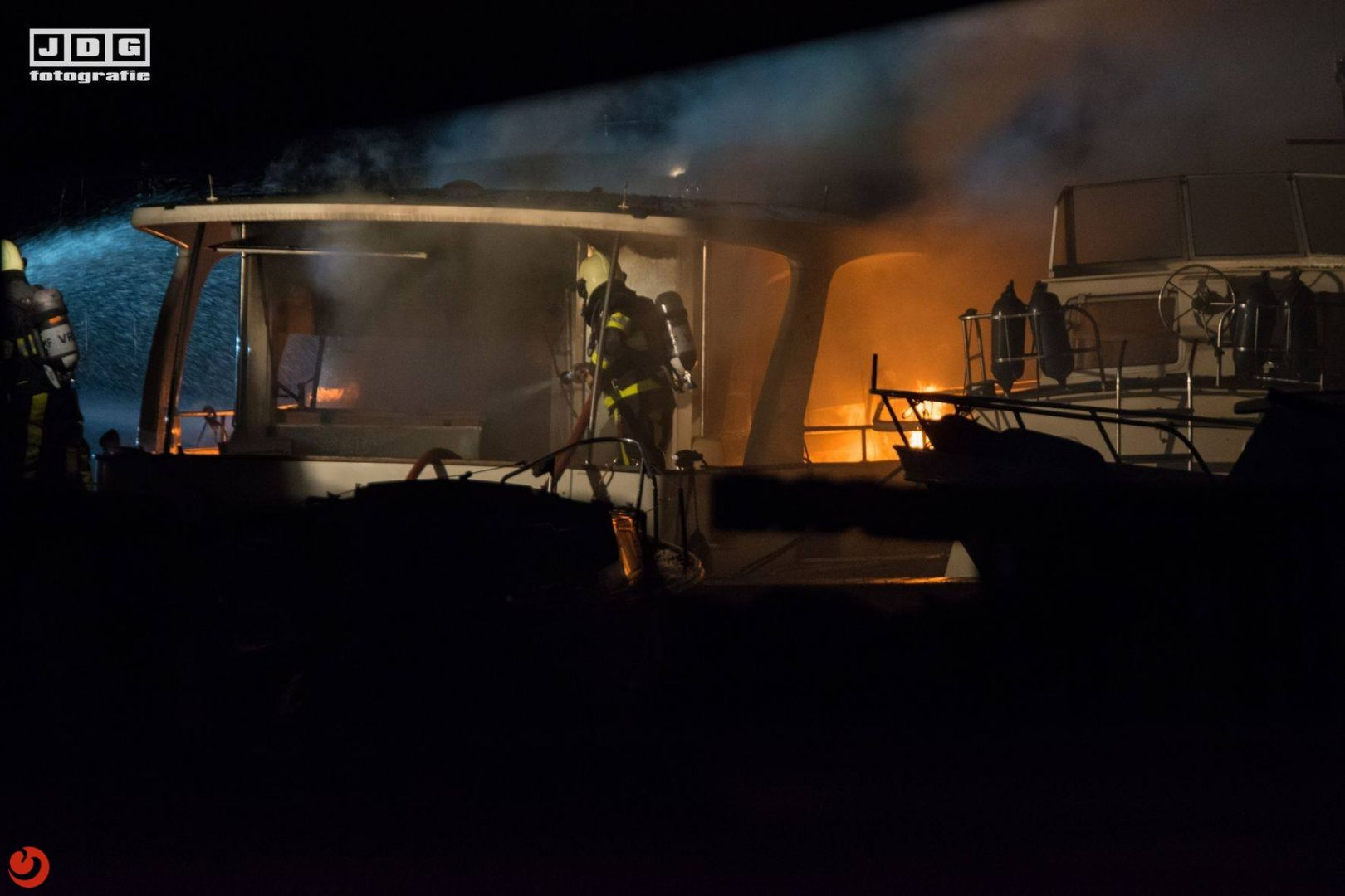 Vier brandweerlieden lichtgewond bij bootbrand