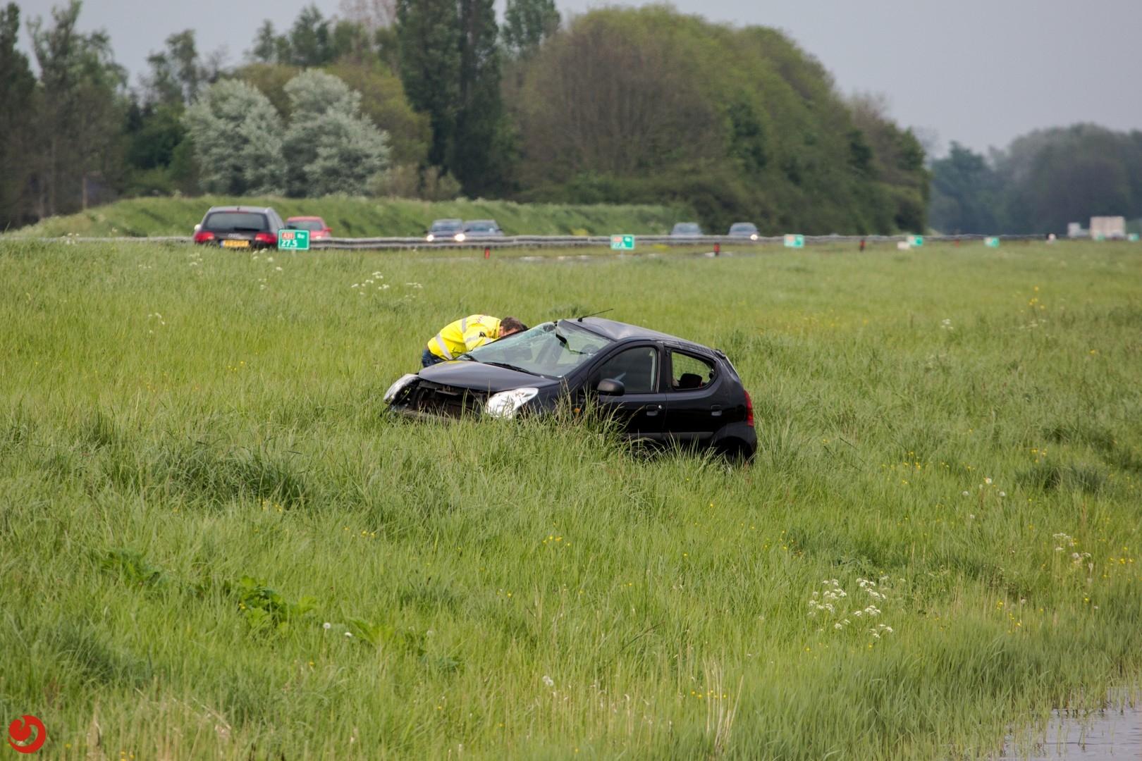 Auto over de kop op A31