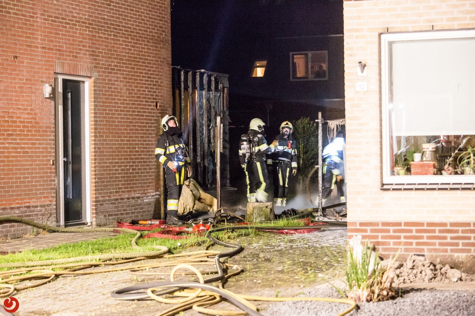 Felle schuurbrand achter woningen