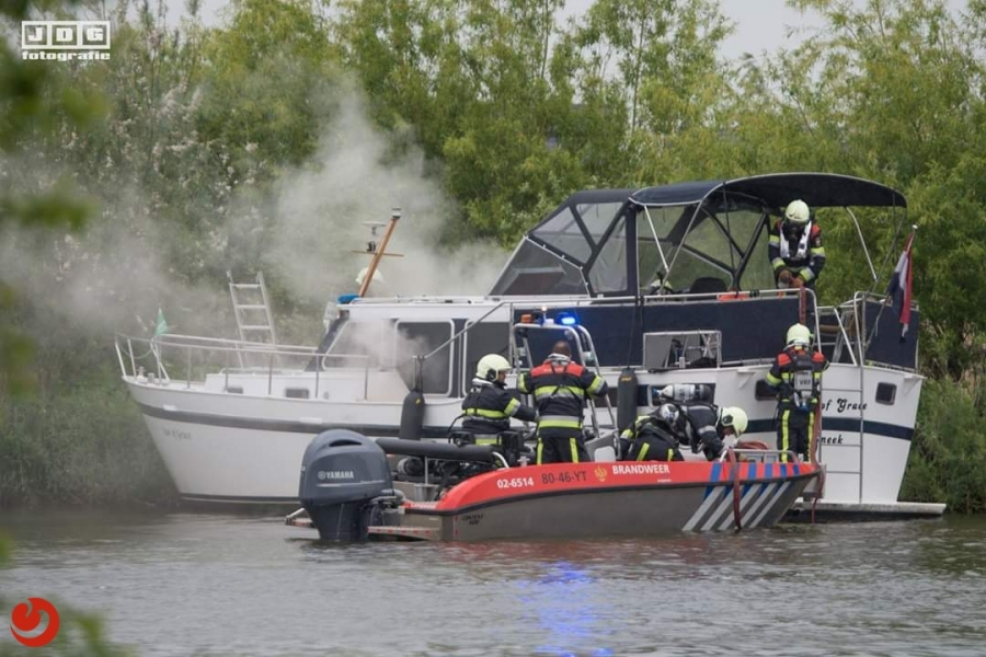 Blusboten ingezet voor brand op boot