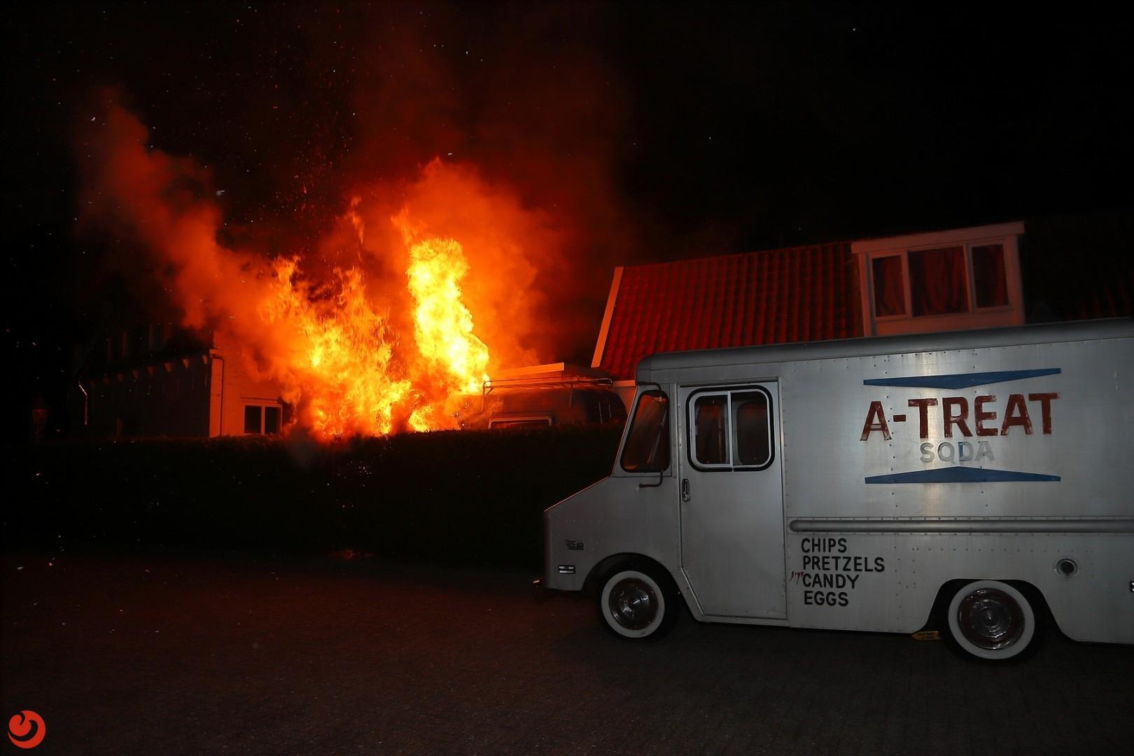 Coniferenhaag en camper gaan in vlammen op