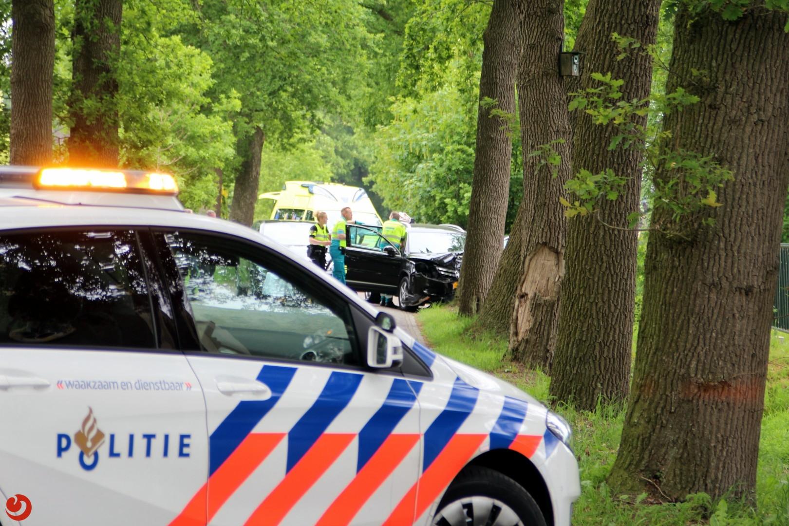 Bijrijdster gewond bij auto tegen boom