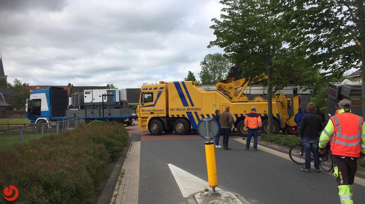 Vrachtwagen weggezakt in berm