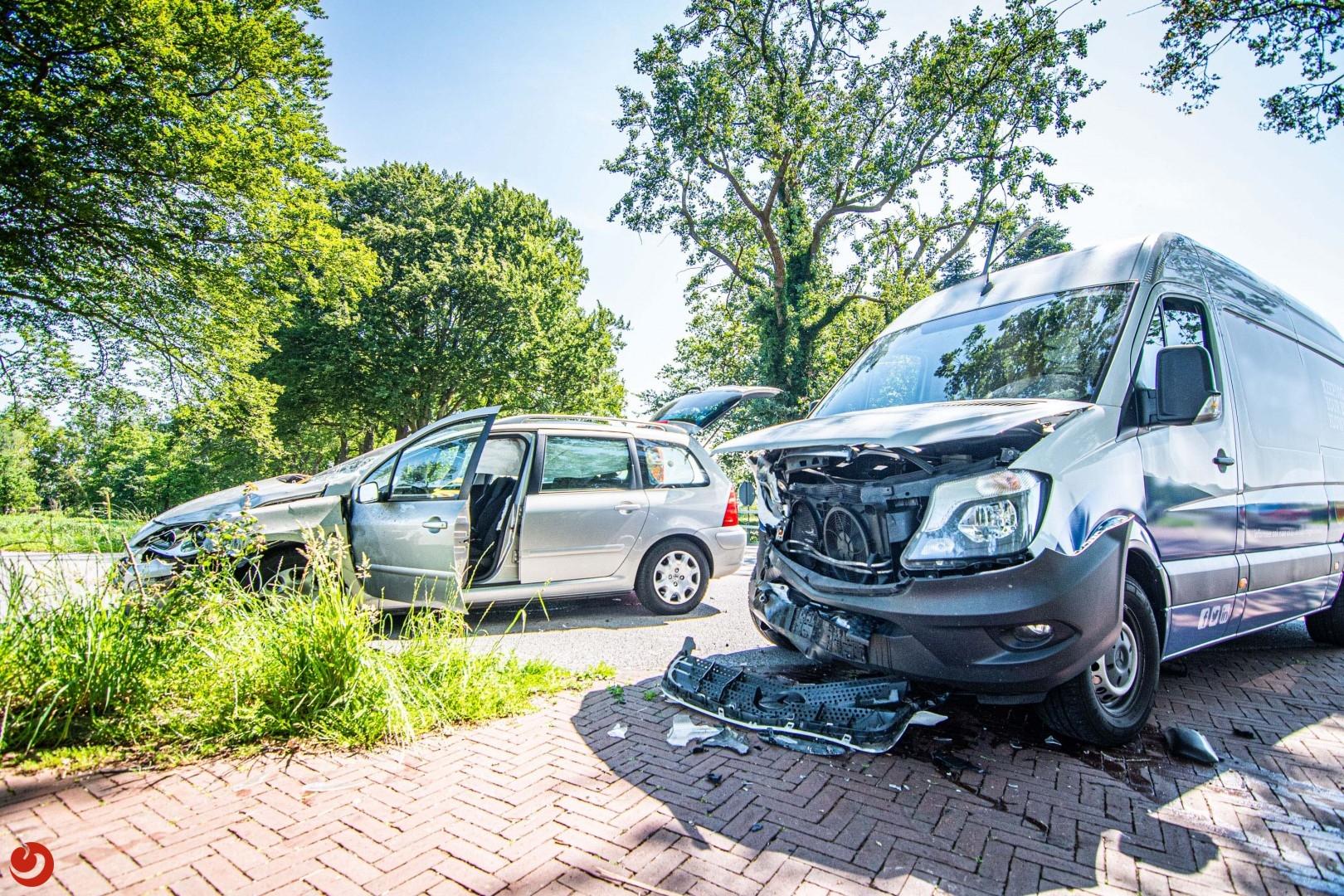 Auto en bestelbus botsen: forse schade