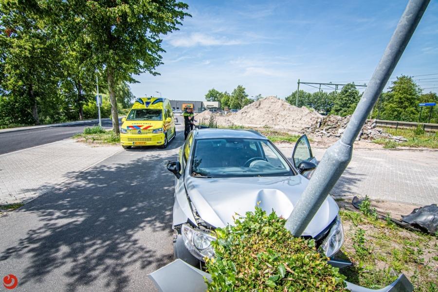 Automobiliste knalt tegen lantaarnpalen
