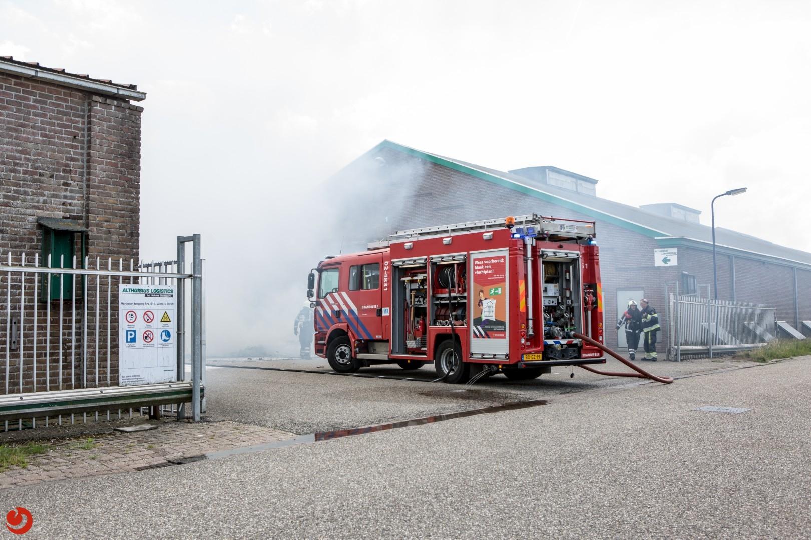 Pallet met eierdozen in brand in loods