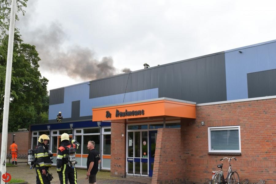 Brand op dak van sporthal