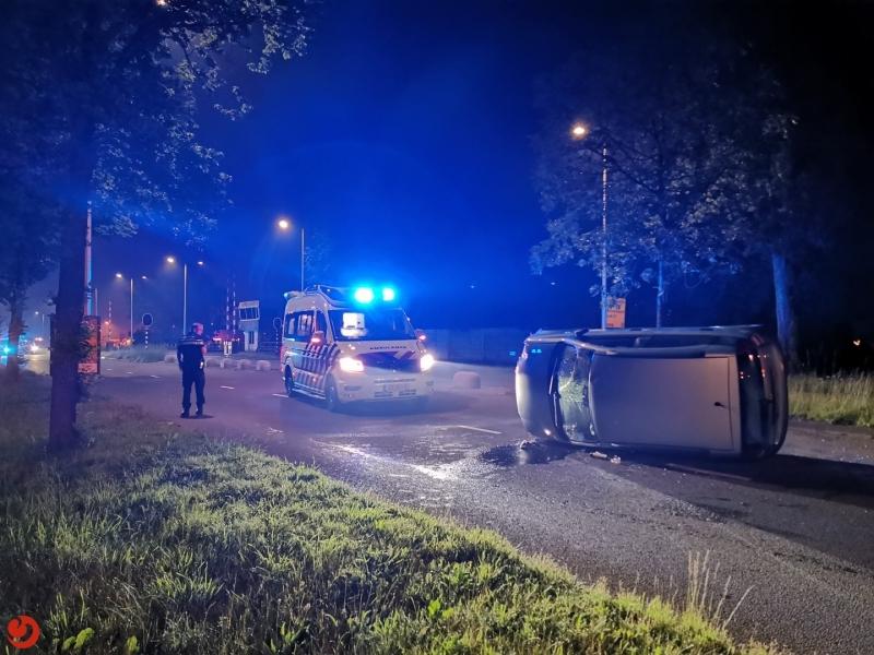 Auto belandt op zijn kant bij eenzijdig ongeval