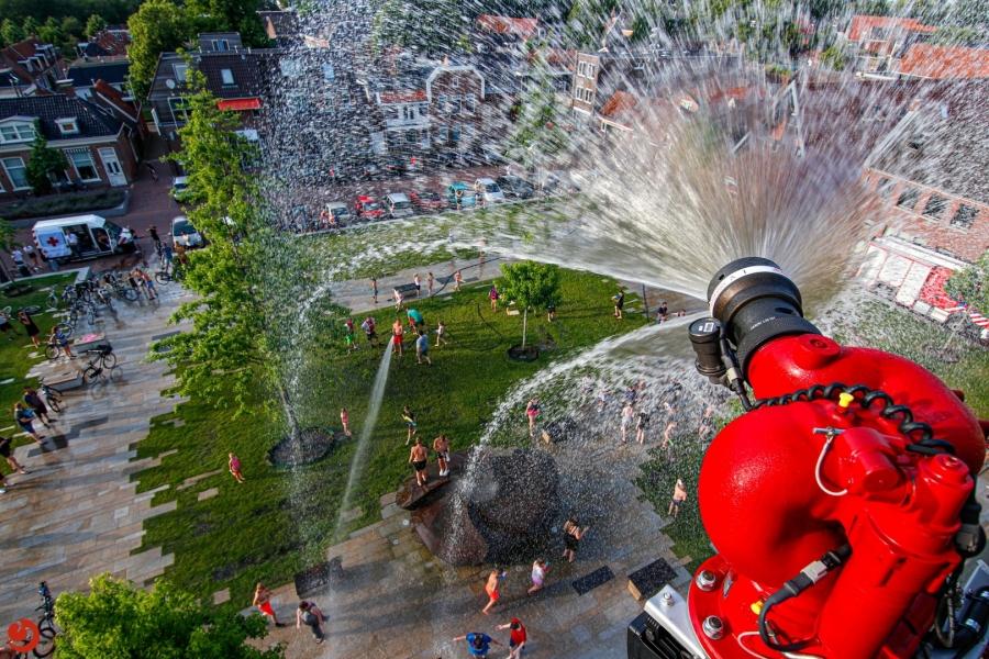 Brandweer organiseert watergevecht in hartje binnenstad
