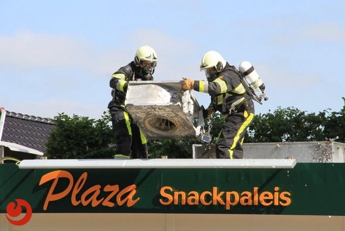 Afzuiginstallatie in lichterlaaie op dak snackbar