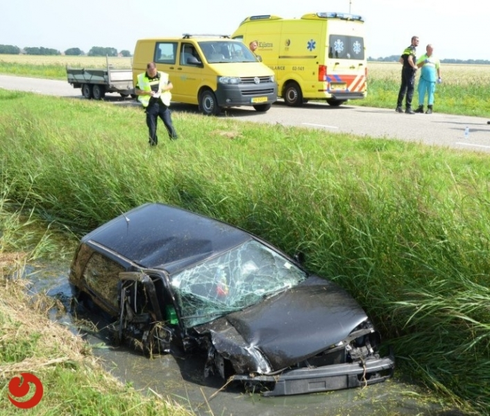 Auto in sloot na botsing met tractor