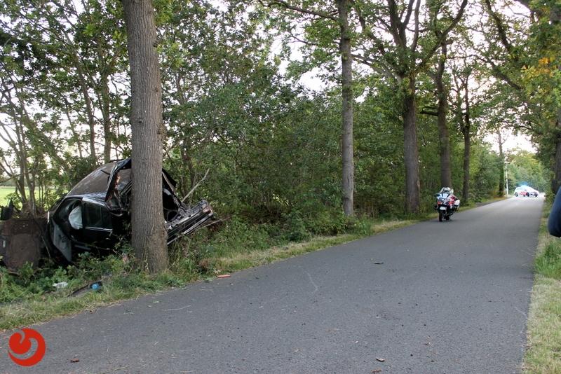 Auto op bizarre wijze tussen bomen tot stilstand