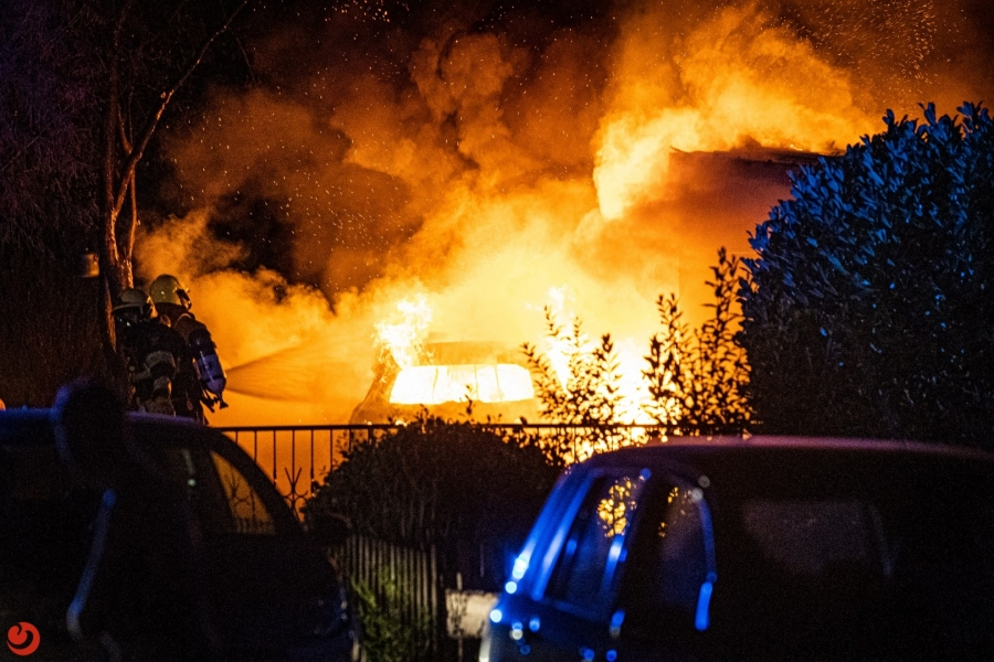 Vlammenzee verwoest geparkeerde auto