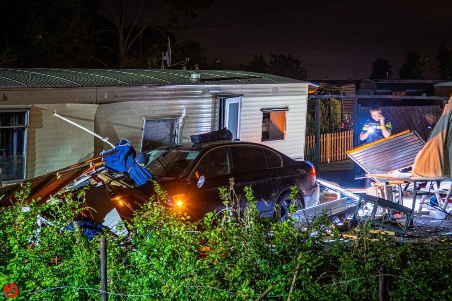Automobilist rijdt stacaravan binnen en vlucht