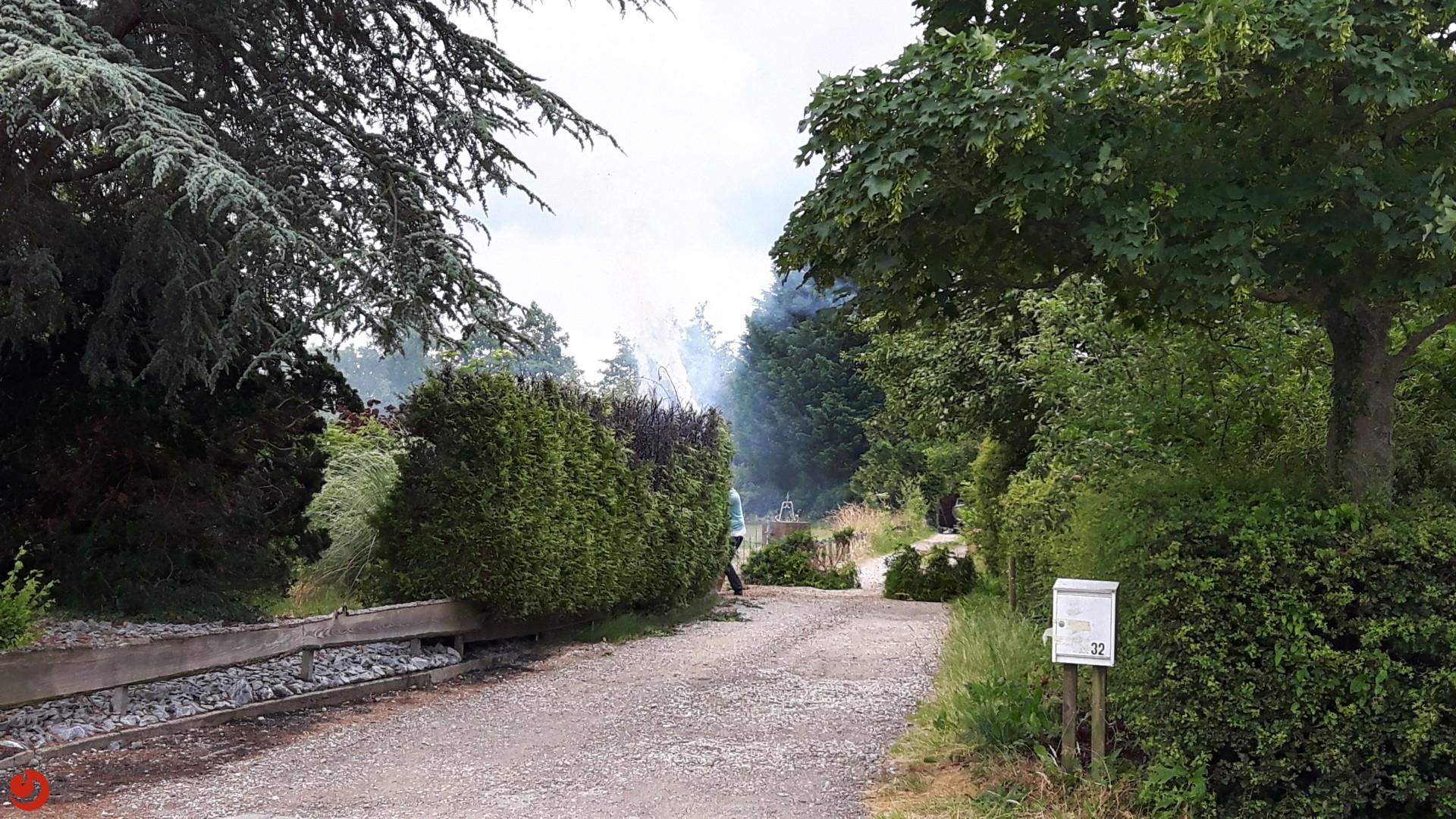 Heg in brand na onkruidbranden