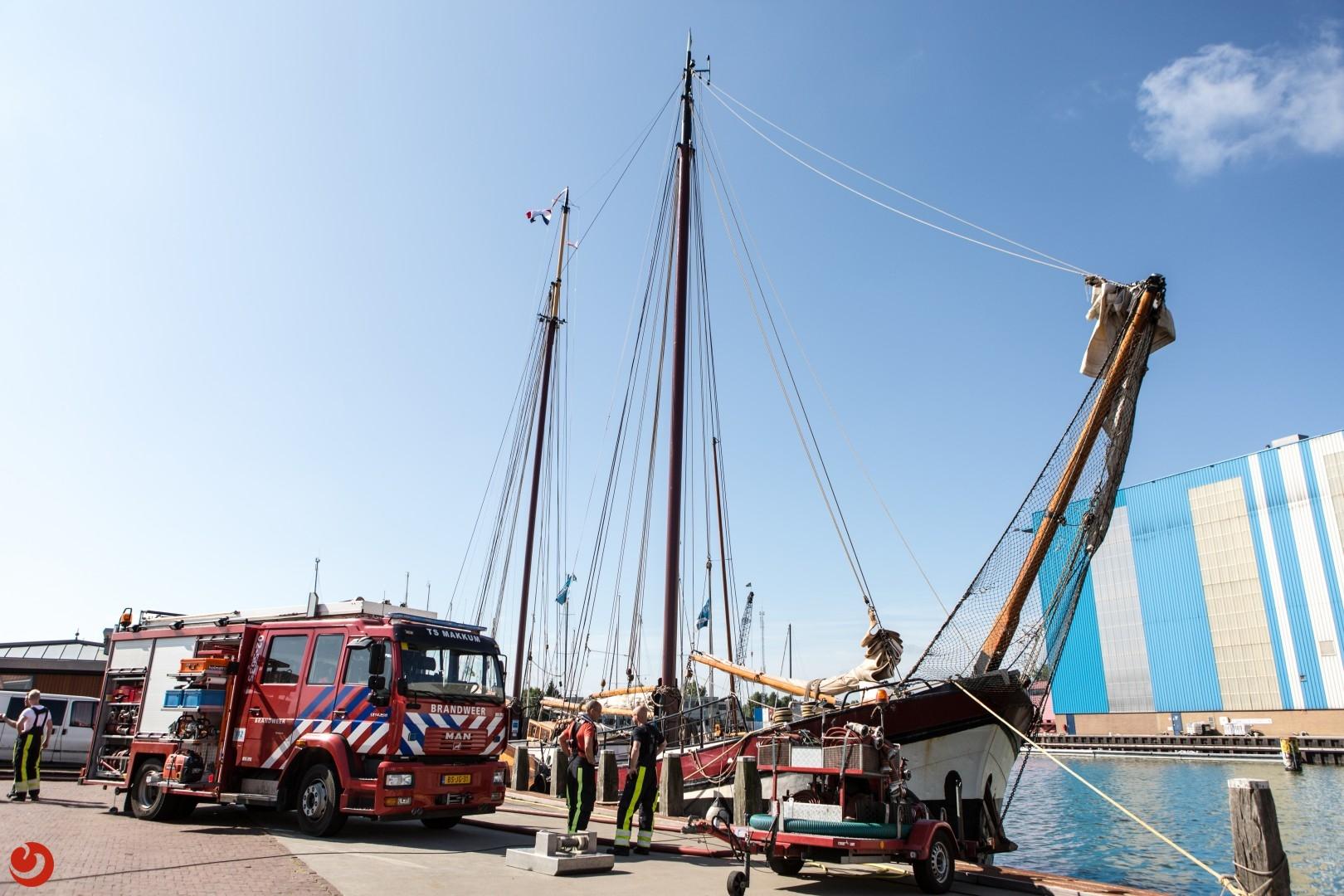 Charterschip leeggepompt door brandweer