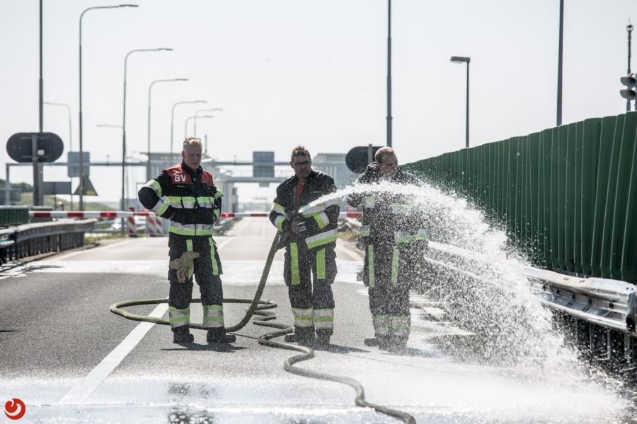 Hitte in Fryslan; brandweer koelt bruggen