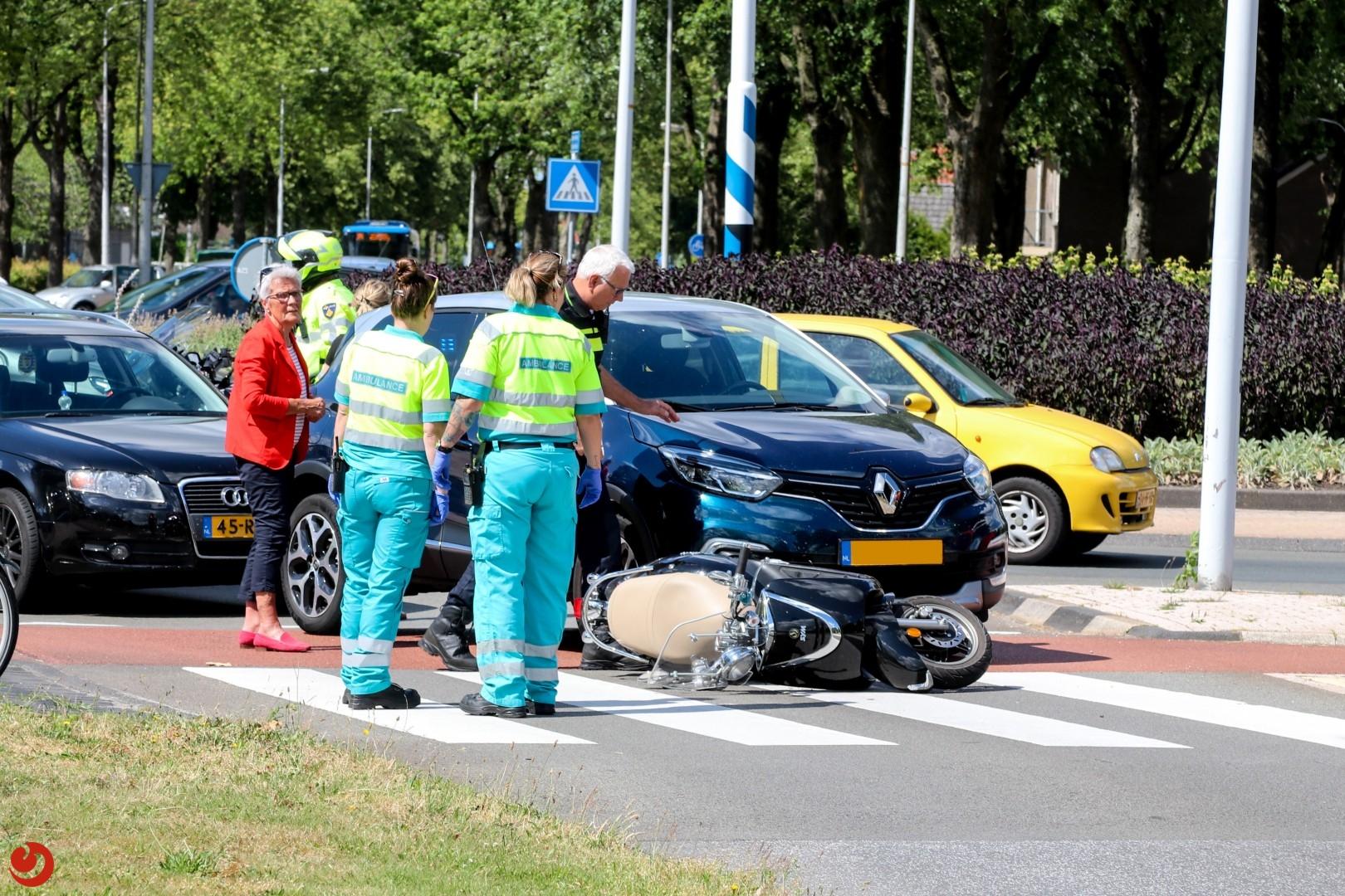 Scooterrijder aangereden op rotonde