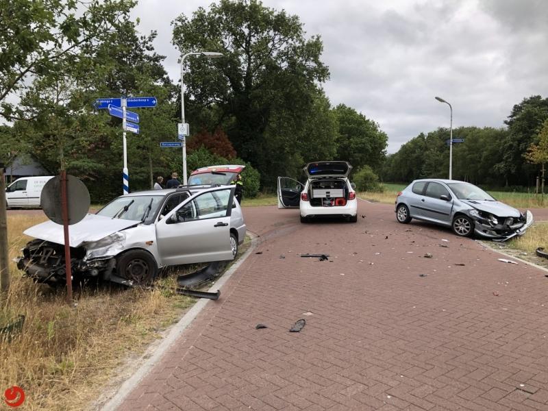 Auto's in botsing op kruising